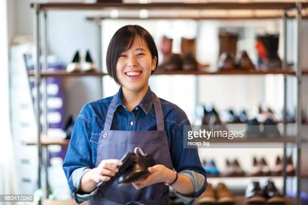日本の女性靴のポリッシャの肖像画 - ショッピングエリア ストックフォトと画像