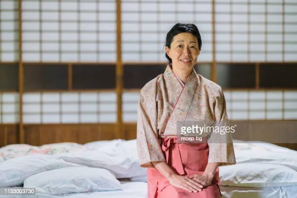 部屋に座る日本旅館オーナーのポートレート - 旅館 ストックフォトと画像