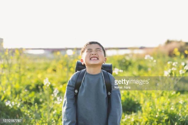 屋外でランドセルを持つ日本人男子小学生の肖像 - 男子生徒 ストックフォトと画像