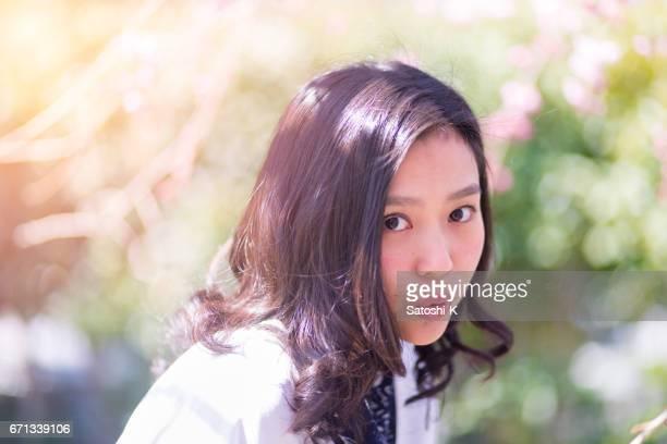 森で日本の若い女性の肖像画