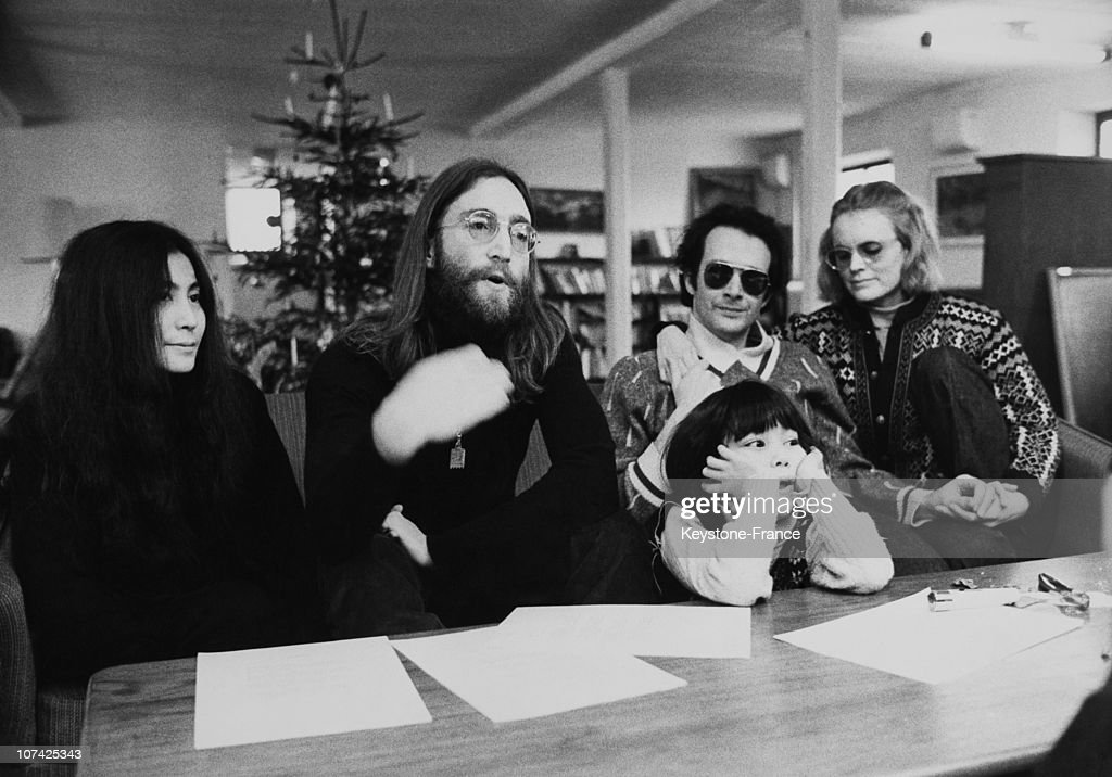 Portrait Of John Lennon And Yoko Ono With Daughter Kyoko And With Anthony Cox During A Press Conference In Denmark During Seventies : News Photo
