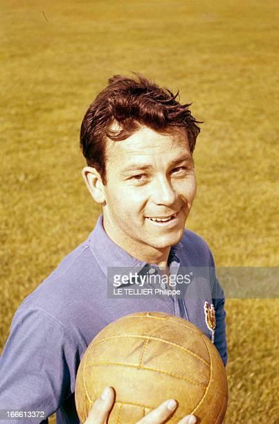 Portrait Of Just Fontaine En France portrait de Just FONTAINE joueur de football portant le maillot de l'équipe de France tenant un ballon