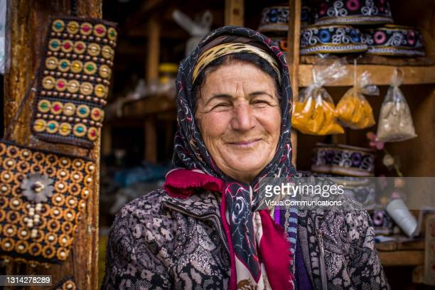 スーヴェルナを売るラヒック地方の女性の肖像画。 - コーカサス ストックフォトと画像
