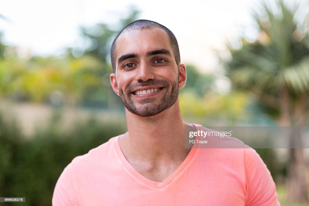 Retrato de homem latino sorrindo : Foto de stock