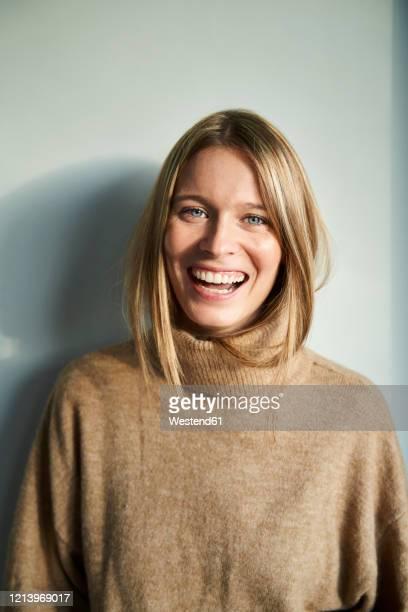 portrait of laughing blond young woman - 25 29 jahre stock-fotos und bilder