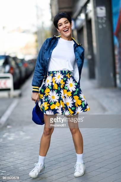 portrait of laughing fashionable young woman - na moda descrição imagens e fotografias de stock