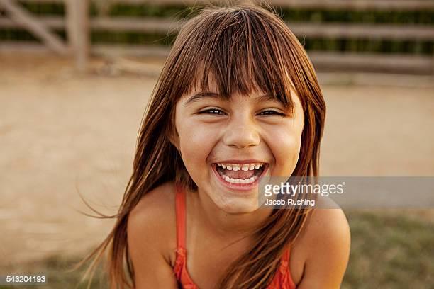 portrait of laughing girl in farmyard - 6 7 jahre stock-fotos und bilder