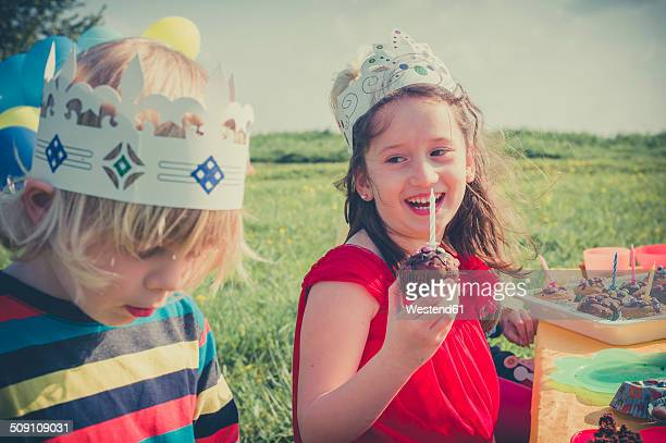 portrait of laughing girl with birtday muffin - happybirthdaycrown stock pictures, royalty-free photos & images