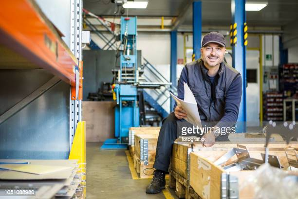 porträt des lachenden männlichen techniker in einem metall verarbeitenden unternehmen - maschinenbau stock-fotos und bilder
