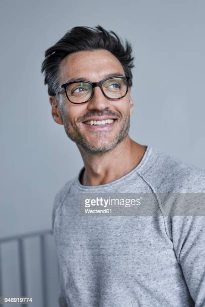 portrait of laughing man with stubble wearing grey sweatshirt and glasses - sorriso aberto imagens e fotografias de stock