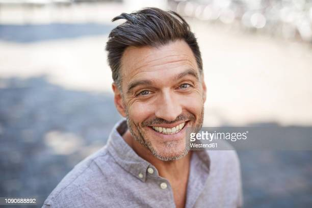 portrait of laughing mature man with stubble - 40 44 jaar stockfoto's en -beelden
