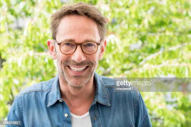portrait of laughing mature man with stubble wearing glasses - barba por fazer imagens e fotografias de stock