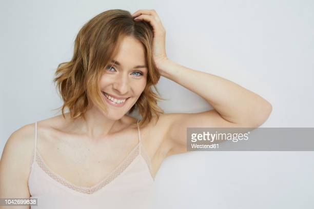 portrait of laughing woman wearing top - beleza natural imagens e fotografias de stock