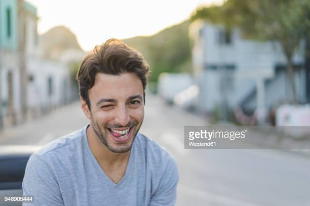 portrait of laughing young man pulling funny faces - 25 29 jahre stock-fotos und bilder