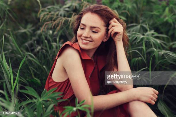 portrait of laughing young woman with freckles outdoors - beleza natural imagens e fotografias de stock