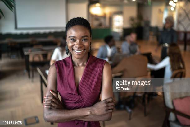 portret van leider onderneemster met vergaderingsruimte op achtergrond - oprichter stockfoto's en -beelden