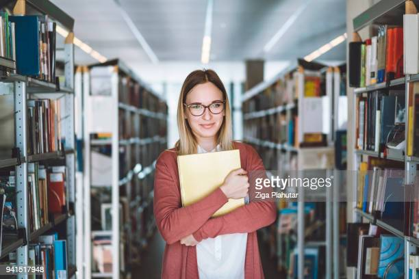 porträt des bibliothekars - bibliothekar stock-fotos und bilder