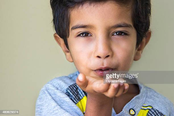 Portrait de garçon liitle Envoyer un baiser
