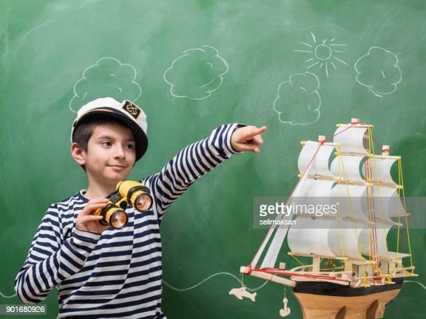 Porträt des kleinen Jungen tragen gestreifte Matrosen Shirt und Mütze