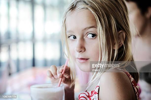 Porträt von kleines Mädchen trinkt Milchshake
