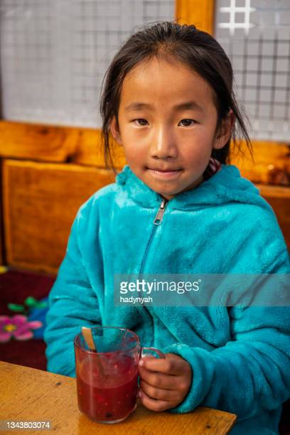 portrait of little girl eating a jelly, mount everest national park, nepal - solu khumbu stock pictures, royalty-free photos & images