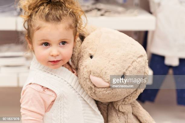 """retrato de niña en una tienda de niños. - """"martine doucet"""" or martinedoucet fotografías e imágenes de stock"""