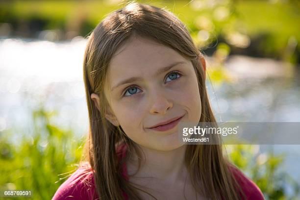 portrait of little girl in nature - mädchen stock-fotos und bilder