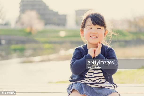 屋外での少女の肖像画