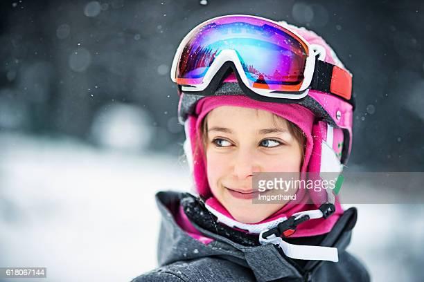 Porträt von kleines Mädchen in ski-Ausrüstung