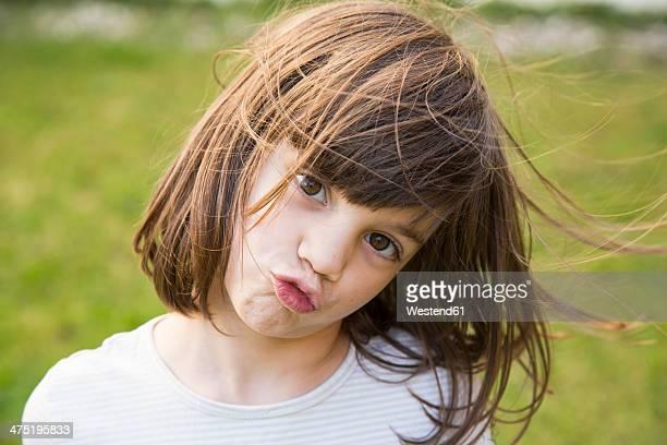 portrait of little girl pouting - 6 7 jahre stock-fotos und bilder
