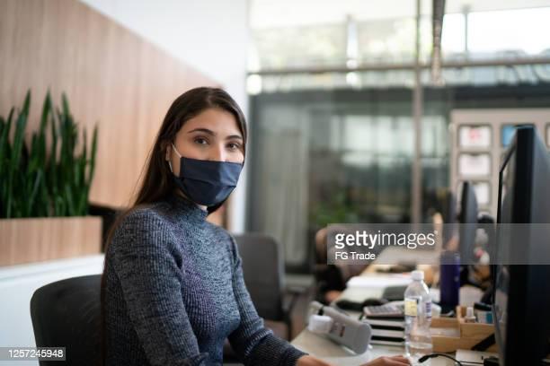 porträtt av lobby receptionist bär ansiktsmask - assistent bildbanksfoton och bilder