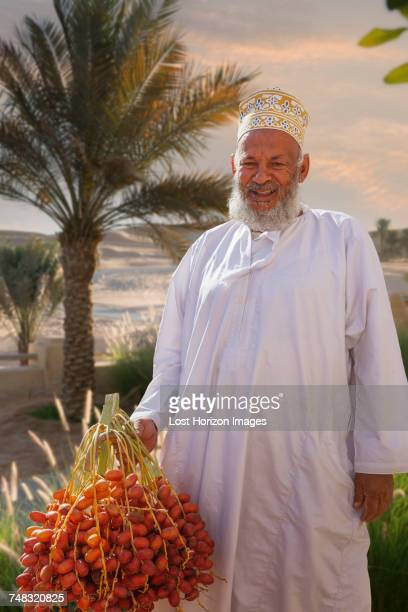 portrait of local man, abat, ash sharqiyah, oman, asia - gulf of oman photos et images de collection