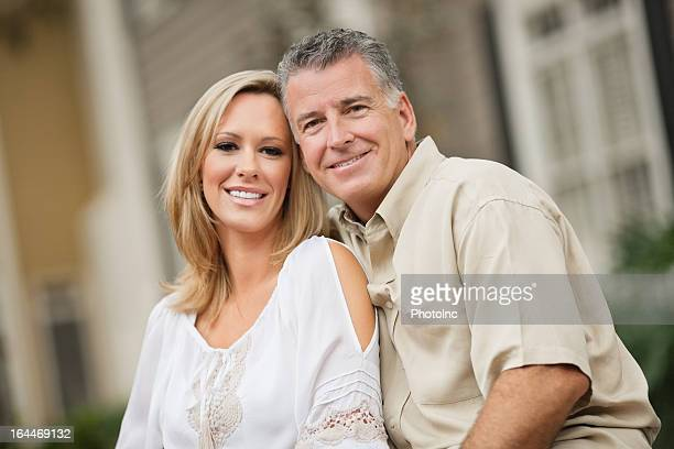 Portrait de jolie souriant couple en casuals