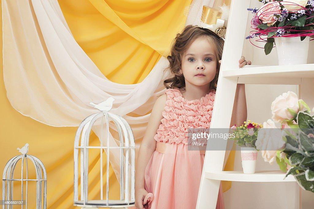 Retrato de adorável Menina Posando no interior vintage : Foto de stock