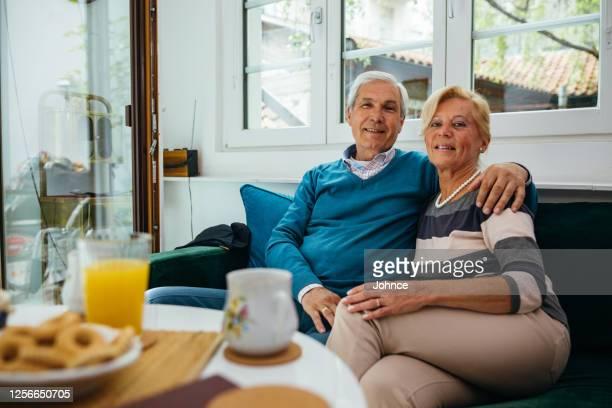 verticale du beau couple aîné - plan moyen angle de prise de vue photos et images de collection
