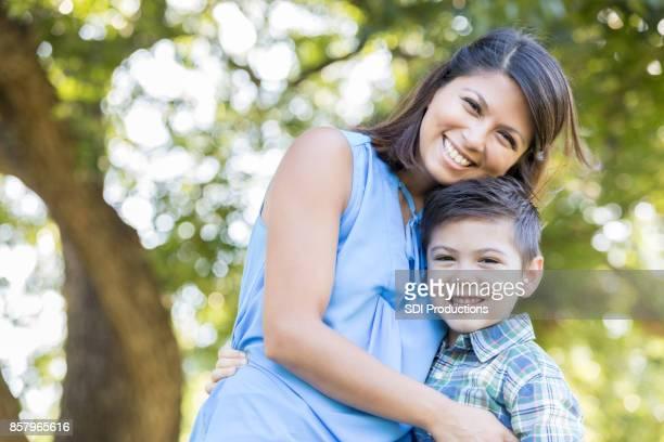 Portret van liefdevolle moeder en haar jonge zoon