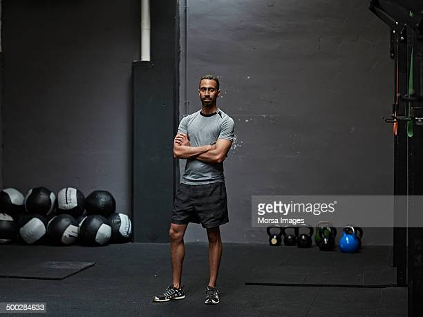 portrait of male athlete in gym gym - atleta imagens e fotografias de stock