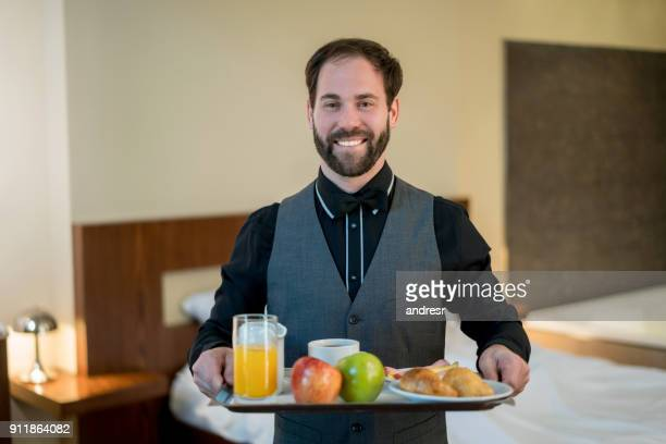 Porträt von männlichen Kellner Birnging Zimmerservice, ein Gäste-Zimmer