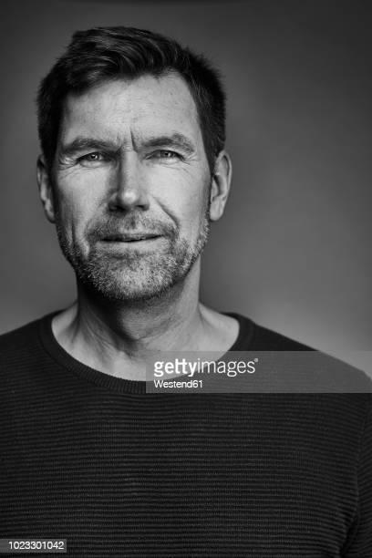 portrait of man, black and white - image en noir et blanc photos et images de collection