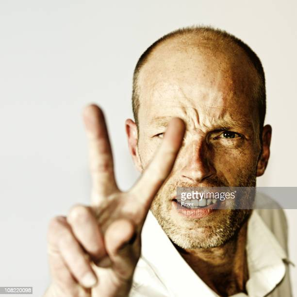 Porträt eines Mannes, die Peace-Zeichen Geste