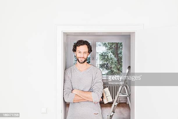 portrait of man holding brush, smiling - renovierung konzepte stock-fotos und bilder