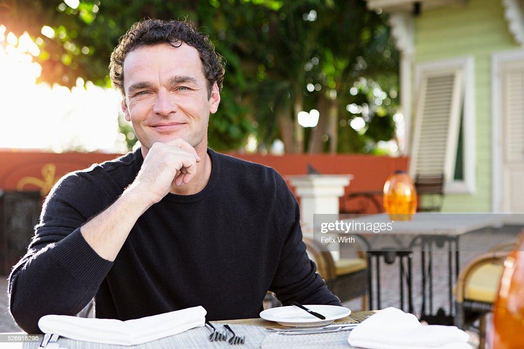Portrait of man in outdoor restaurant : Stockfoto