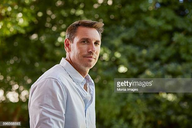 portrait of man in park - einzelner mann über 30 stock-fotos und bilder