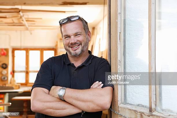 portrait of man in workshop - charakterkopf stock-fotos und bilder