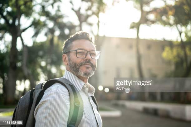 路上でカメラを見ている男の肖像 - テスティモニアル ストックフォトと画像