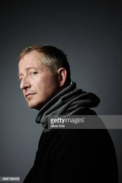 portrait of man looking over his shoulder - oberkörperaufnahme stock-fotos und bilder