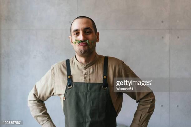 portrait of man making nonsense with microgreen plant - jardinier humour photos et images de collection