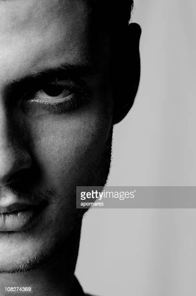 Porträt eines Mannes, die ernsten Gesichtsausdruck, schwarz und weiß