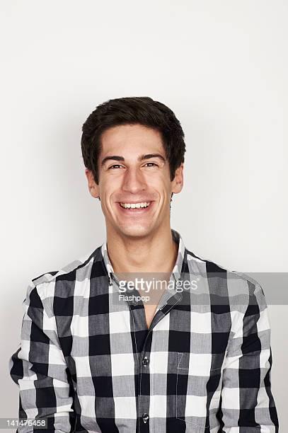 portrait of man smiling - 20 24 anni foto e immagini stock