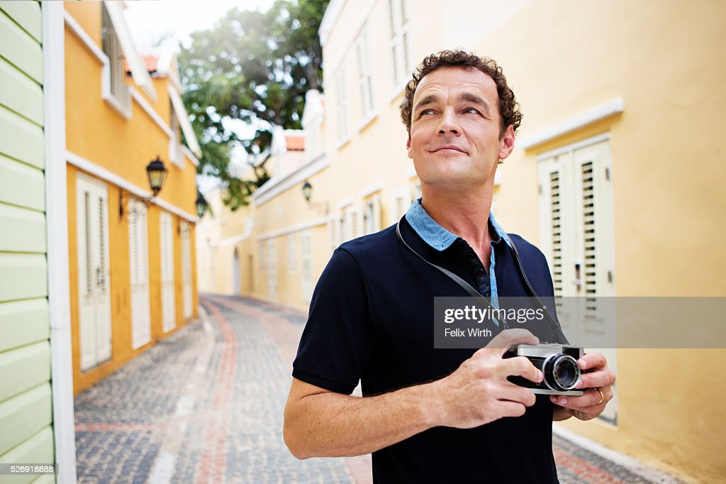 Portrait of man standing on narrow street : Stockfoto